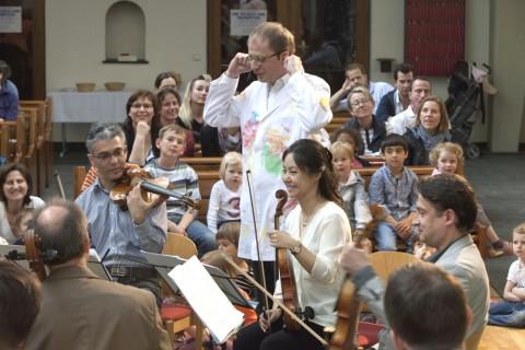 Hatten viel Spaß beim Streichkonzert in der Epiphaniaskirche: Die Musikerinnen und Musiker des Hába-Quartetts, der Moderator Niels Kaiser im Malerkittel, und natürlich die Kinder im Publikum. Foto: Rolf Oeser