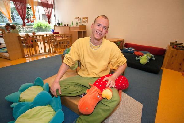 Vom Schreiner zum Erzieher: Andreas Richter macht die Arbeit mit kleinen Kindern sehr viel Spaß. Foto: Ilona Surrey