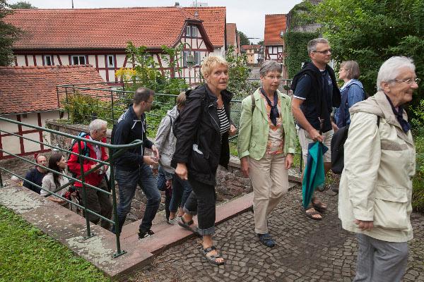 Pilgern – das geht nicht nur in einsamen und idyllischen Landschaften, sondern auch in der Großstadt: Hier eine Gruppe aus den nördlichen Frankfurter Gemeinden auf dem Bonifatiusweg in Niederursel. Foto: Ilona Surrey