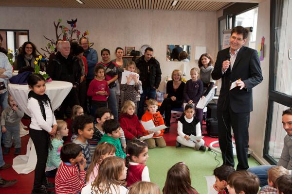 """Pfarrer Jürgen Mattis (rechts), der Vorsitzende des Evangelischen Vereins für Jugendsozialarbeit, bei der Eröffnung der """"Erweiterten Schulischen Betreuung"""" an der Fried-Lübbecke-Schule in Eschersheim dieses Jahr. Foto: Rolf Oeser"""