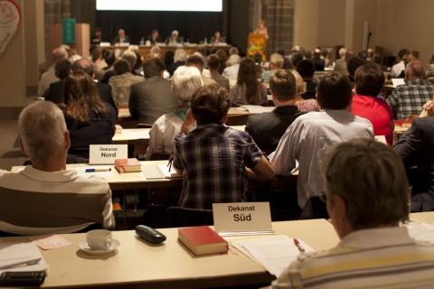 Die Evangelische Regionalversammlung beschließt als Kirchenparlament über den Haushalt der Frankfurter evangelischen Kirche. Er umfasst knapp 124 Millionen Euro. Foto: Rolf Oeser