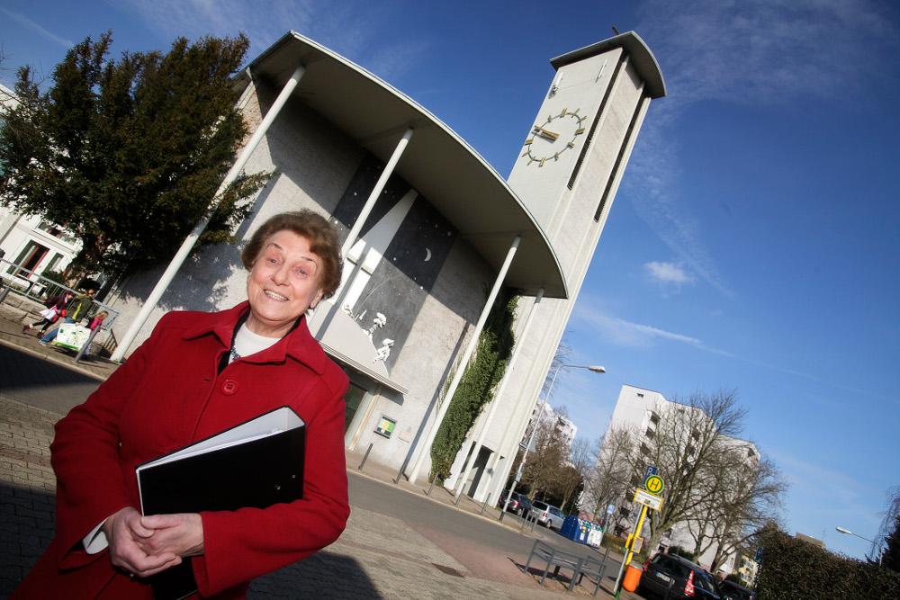 Jutta Moerschel vor der Erlöserkirche. Die Oberräderin schreibt gerne Predigten – 55 Gottesdienst-Termine stehen dieses Jahr in ihrem Kalender. Foto: Ilona Surrey