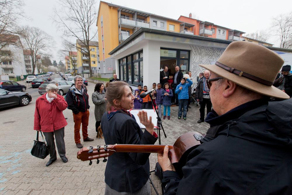 """In der Karl-Kirchner-Siedlung in Preungesheim gibt es jetzt einen """"Stadtteilkiosk"""" der Diakonie. Es soll zum Treffpunkt im Quartier werden. Foto: Rolf Oeser"""