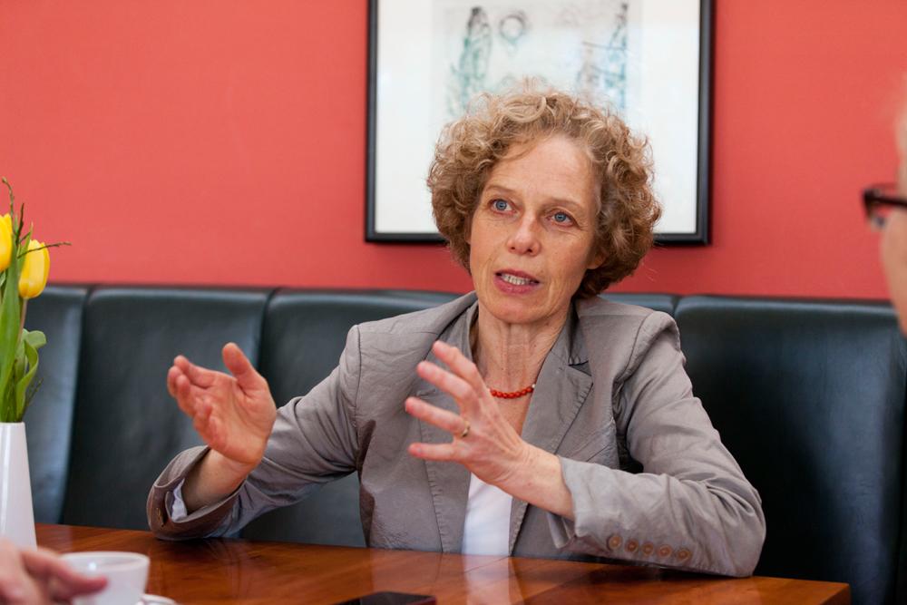 Irmela von Schenck ist als stellvertretende Vorsitzende des Stadtdekanats die ranghöchste Nicht-Theologin der Frankfurter Kirche. Die Mutter von sechs Kindern ist auch Kirchenvorsteherin in der Petersgemeinde. Foto: Rolf Oeser