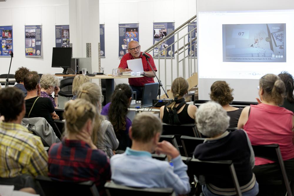 Wolf Wetzel bei seinem Vortrag in Rödelheim. Foto: Rolf Oeser