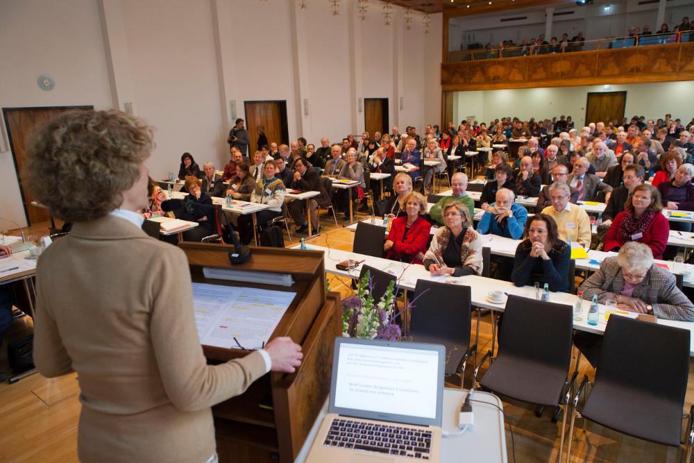 Die Synode des Frankfurter Stadtdekanats trifft alle wichtigen Entscheidungen, die die Kirche betreffen. Vertreten sind Delegierte aus allen Gemeinden, davon sehr viel mehr Ehrenamtliche als Pfarrerinnen oder Pfarrer. Foto: Rolf Oeser