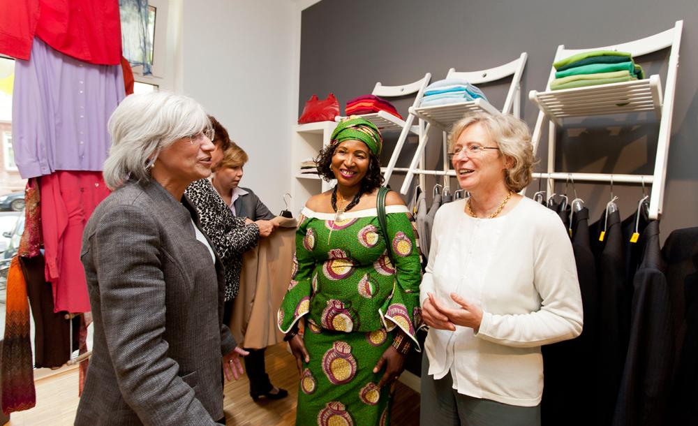 Im Juni ist die Boutique in der Rohrbachstraße 54 von Pfarrerin Esther Gebhardt, der Vorstandsvorsitzenden des Evangelischen Regionalverbandes Frankfurt (rechts) eingeweiht worden. Foto: Rolf Oeser
