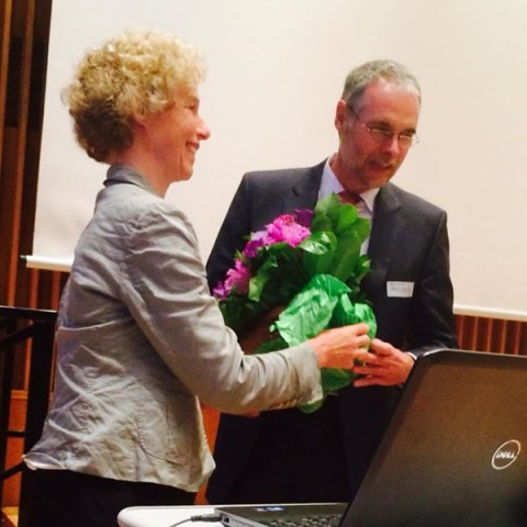 Nach der Wahl gratulierte Präses Irmela von Schenck dem neuen Stadtdekan mit Blumen. Foto: Antje Schrupp