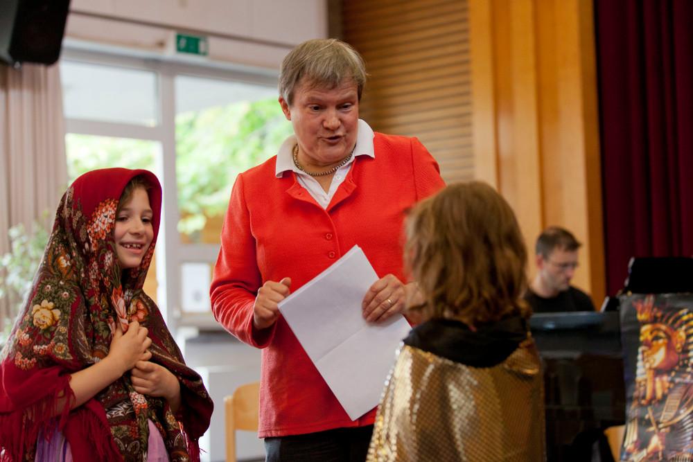Christine Tries beim Kindergottesdienst. Seit 25 Jahren engagiert sie sich in der Heddernheimer Thomasgemeinde. Foto: Rolf Oeser