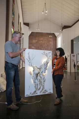 """Die mitwirkende Künstlerin Ina Pause-Noack zeigt einen ihrer Beiträge zur Ausstellung: """"Weiblicher Lebensbaum"""" heißt das  Gemälde. Foto: Ilona Surrey"""