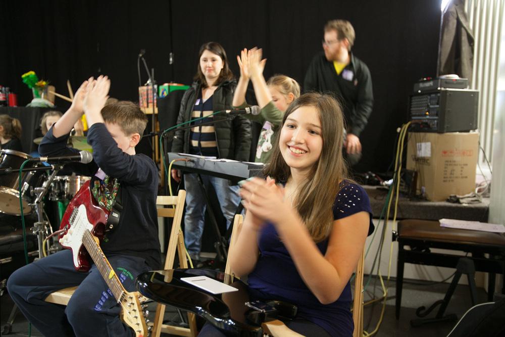 """Sechzig Kinder waren im März beim Kinderkulturfestival West in Sossenheim dabei. Hier die Band """"Weiß nicht"""", die bei der Abschlusspräsentation den Song """"Ein Hoch auf uns"""" von Andreas Bourani spielte. Foto: Ilona Surrey"""