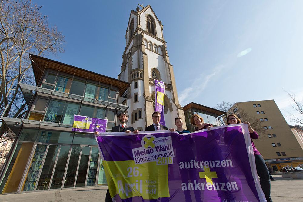 Auftakt vor der Lutherkirche im Nordend: Mit großen Bannern wirbt die evangelische Kirche für die Beteiligung an den Kirchenvorstandswahlen am 26. April. Foto: Rolf Oeser