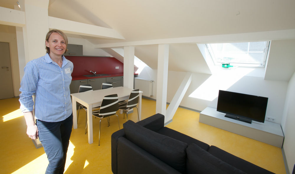 """Tatjana Bär in der """"Trainingswohnung"""": Eine Dachgeschoßwohnung, in der Jugendliche lernen können, selbstständig zu werden."""