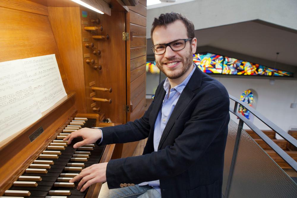 Kantor Michael Riedel an seinem Arbeitsplatz in der Epiphaniaskirche im Nordend. Foto:Rolf Oeser