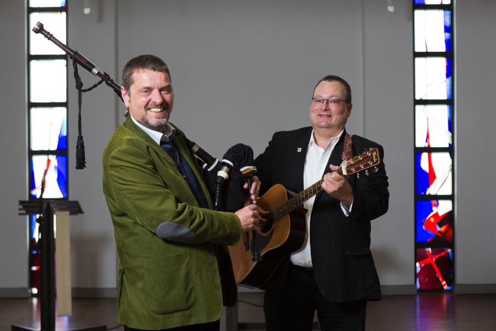 Mit Dudelsack und Gitarre treten Richard Birke (links) und Thomas Volz (rechts) gerne in der Gemeinde auf. Hier im Gemeindezentrum Kalbach. Foto:Rolf Oeser