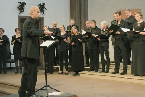 Der Kurt-Thomas-Kammerchor unter der Leitung von Andreas Köhs beim Jubiläumskonzert in der Dreikönigskirche. Foto: Rolf Oeser
