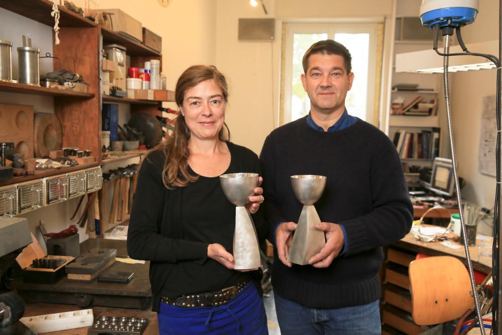 Charlotte Gehrig und Marc Hilgenfeld in ihrer Gold- und Silberschmiede im Nordend. Diese beiden Abendmahlskelche haben sie für die Markuskirche in Bockenheim geschaffen. Foto: Rolf Oeser