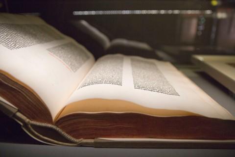 """""""Luthers Meisterwerk - ein Buch wie eine Naturgewalt"""" ist der Titel einer Sonderausstellung im Bibelhaus zum Themenjahr """"Bild und Bibel"""". Die Ausstellung zeigt bibliophiler Kostbarkeiten, darunter eine Gutenberg-Bibel und eine Erstausgabe von Luthers Bibelübersetzung, das so genannte """"Septembertestament"""". Foto: Rolf Oeser"""