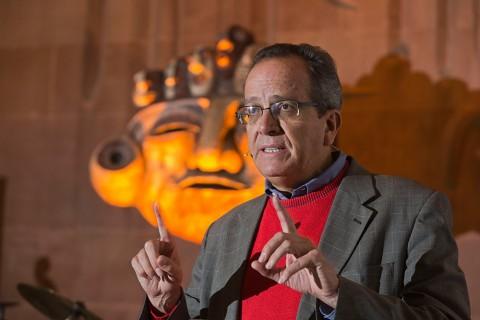 Früher Regierungspolitiker in Equador, heute Aktivist für nachhaltiges Wirtschaften: Alberto Acosta bei seinem Vortrag in der Matthäuskirche. Foto: Rolf Oese