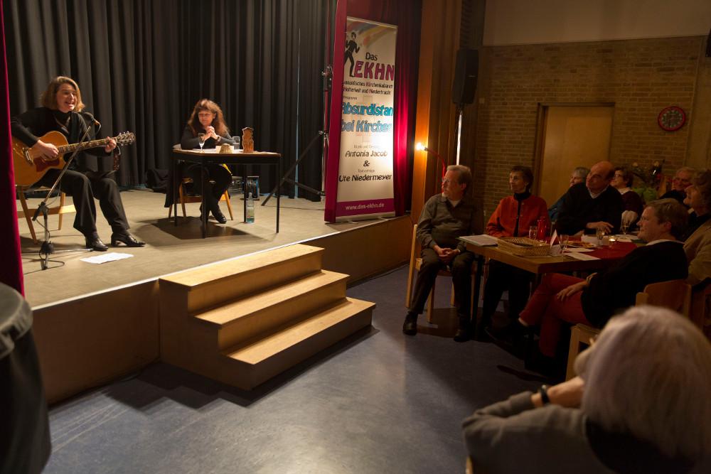 """Antonia Jacob und Ute Niedermeyer zeigten zum Jubiläum von """"Aktiv Leben"""" ihr kabarettistisches Programm """"Absurdistan bei Kirchens"""". Foto: Rolf Oeser"""