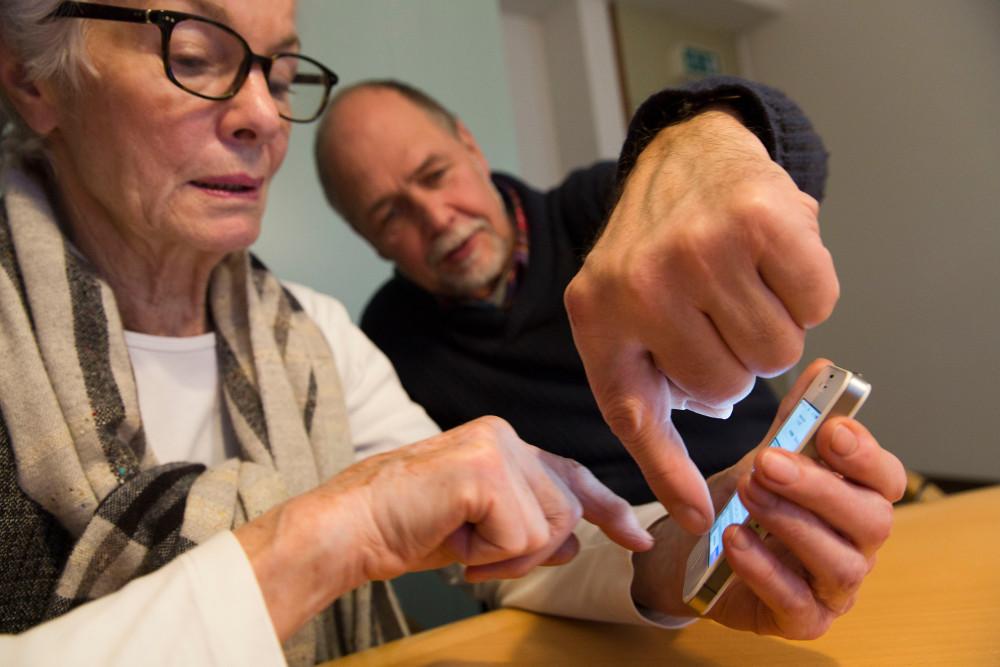 Hier geht's zur App: Smartphone-Kurse sind bei Seniorinnen und Senioren auch deshalb beliebt, weil die kleinen Geräte es ermöglichen, leichter mit Kindern und Enkeln in Kontakt zu bleiben. Foto: Rolf Oeser