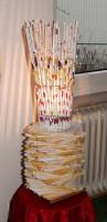 """Selbst gemacht: Ein Lampenschirm aus zusammengerollten alten Flyern schmückte das Foyer des Evangelischen Frauenbegegnungszentrums beim """"Do-it-yourself""""-Workshop. Doch bei allem Spaß am Trend zum Selbermachen gilt zu bedenken: Wenn daraus Konkurrenzdruck entsteht, ist es nicht mehr lustig. Foto: Ilona Surrey"""