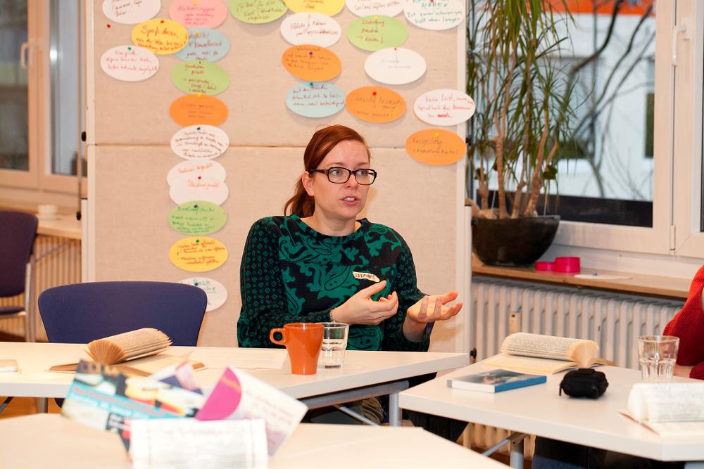 """Feministisches """"Do it yourself"""": Die Journalistin Susanne Klingner bei ihrem Workshop im Evangelischen Frauenbegegnungszentrum. Foto: Ilona Surrey"""