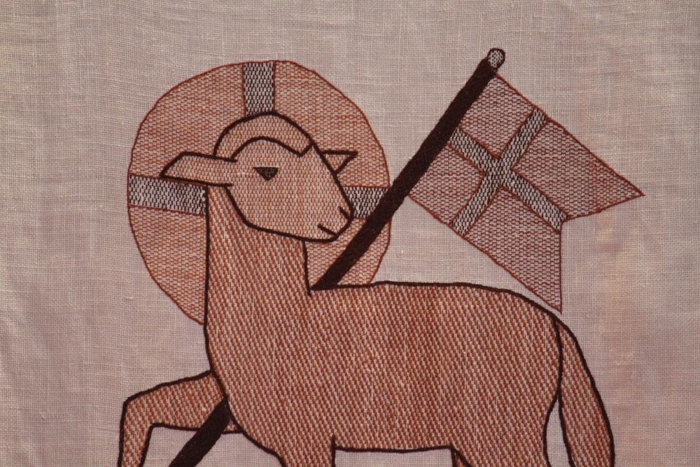 Lamm und Kreuz: Symbole des Karfreitag. Hier auf Paramenten der Fechenheimer Melanchthonkirche. Foto: Jonatan Steller