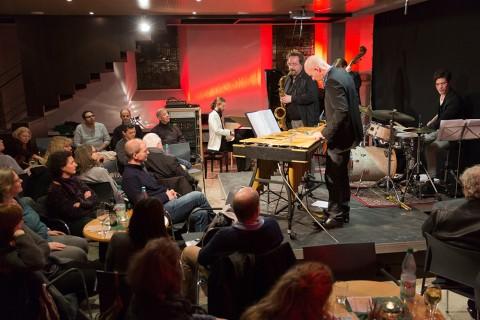 """Beim Konzert von """"T.A.P"""" – der Band """"The Academic Project"""" um Kirchenmusiker Bernhard Kießig – verwandelte sich die Bockenheimer Jakobskirche in einen Jazz-Club. Foto: Rolf Oeser"""