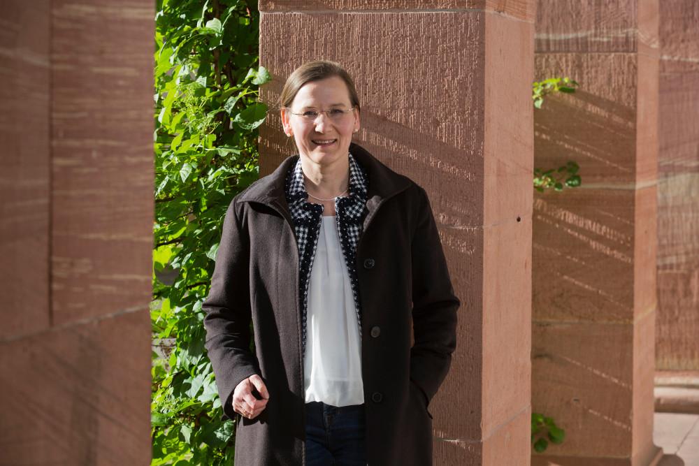 Christine Ulmke mag Gremienarbeit: Die 48 Jahre alte Molekularbiologin aus Unterliederbach ist nicht nur im Kirchenvorstand, sondern auch Mitglied im Vorstand des Evangelischen Stadtdekanats Frankfurt. Foto: Rolf Oeser