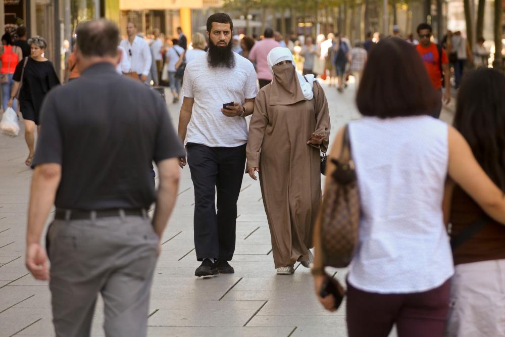 Frau mit Gesichtsschleier auf der Zeil. Vor allem Touristinnen aus arabischen Ländern sind hier als Kundinnen beliebt. Foto: Rolf Oeser