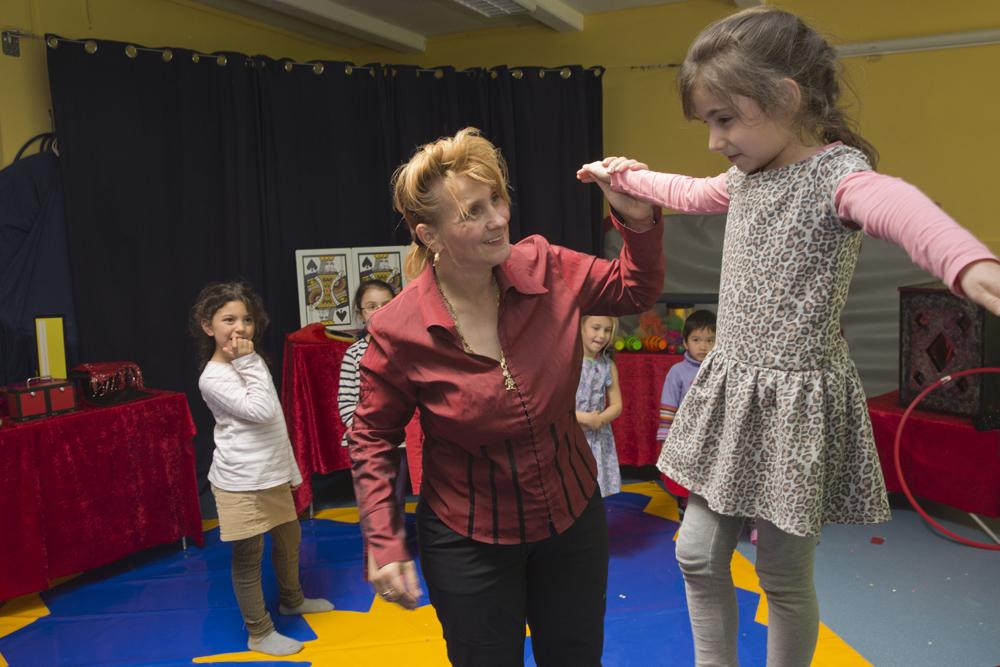 Frankfurt: Heidi Fletterer gibt in der Kita Am Rosengarten in Nied den Kindergartenkindern Akrobatikunterricht Foto aufgenommen am: 21.04.2016 Foto: Rolf Oeser
