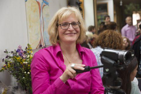 Sonja Keil macht auf dem Wohnwagenstandplatz in Eschersheim Gemeinwesenarbeit. Foto: Rolf Oeser
