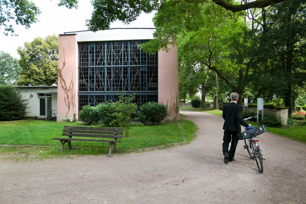 Ist nicht mehr gut in Schuss: die Trauerhalle auf dem Stadtteilfriedhof in Zeilsheim. Foto: Ilona Surrey
