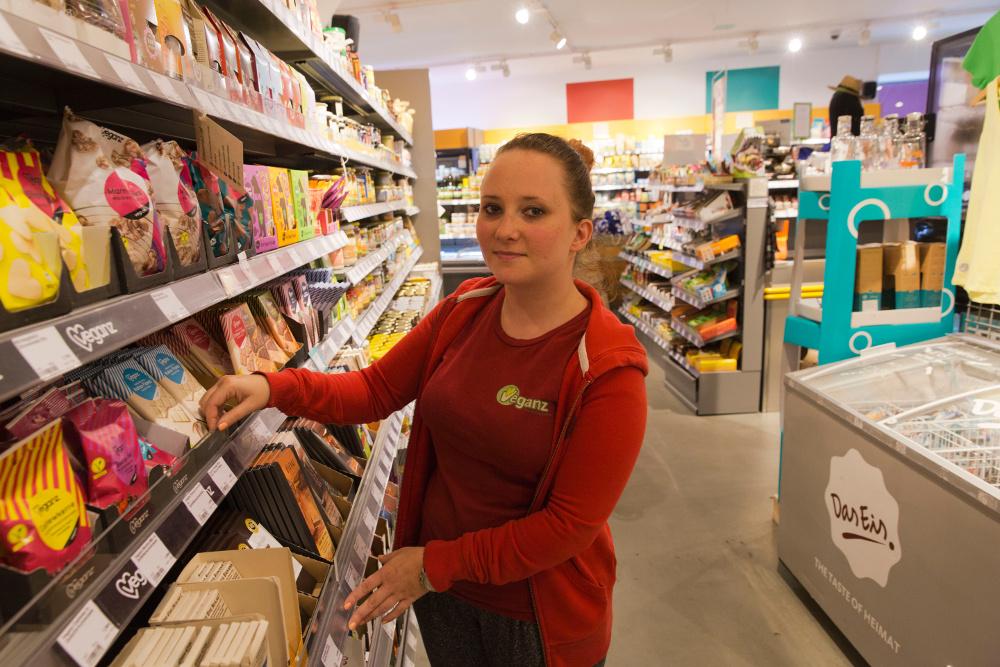 """Sieht es nicht so eng, dass ihr Freund Fleisch isst: Victoria Ekstrand vom Supermarkt """"Veganz"""". Foto: Rolf Oeser"""