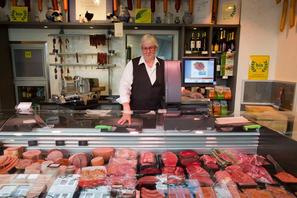 Lebt selber vegan, produziert und verkauft aber weiterhin Fleisch: Biometzger Michael Spahn. Foto: Rolf Oeser