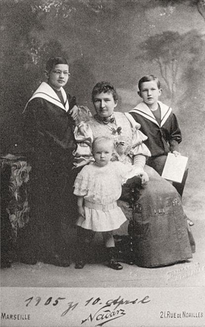 Von Charles Crodel gibt es so gut wie keine Fotos - dieses hier ist eine Aufnahme von ihm als Jungen (rechts, mit Zeichenblock) mit Mutter und Geschwistern, aufgenommen 1905 von dem berühmten französischen Fotografen Nadar.