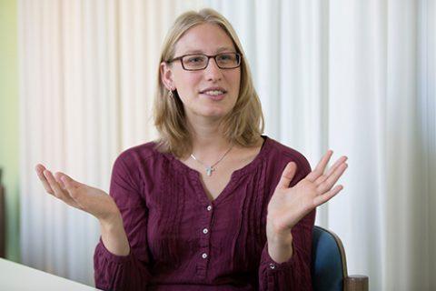 Vikarin Johanna Kluge beim Interview in der Nicolaigemeinde im Ostend. Foto: Rolf Oeser