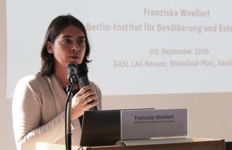 Franziska Woellert vom Berlin-Institut für Bevölkerung und Entwicklung bei ihrem Vortrag im Frankfurter Diakonissenhaus. Foto: Angela Wolf