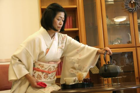 Die Japanerin .. bei der Teezeremonie im evangelischen Altenpflegeheim Nellinistift. Foto: Doris Stickler