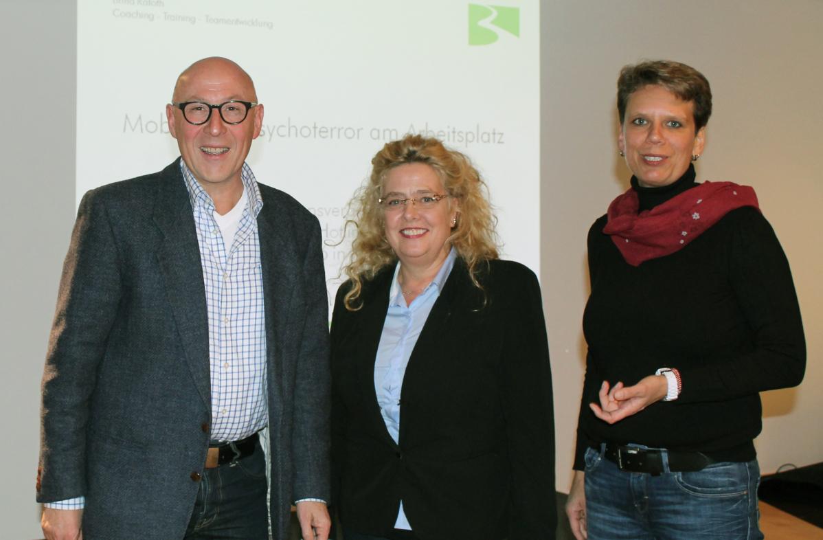 Informierten über Mobbing und die Frankfurter Hotline zum Thema: Pfarrer Gunter Volz, Beraterin Chantal Chrzan-Ohmsen und die Psychologin Britta Rafoth (von links nach rechts). Foto: Angela Wolf