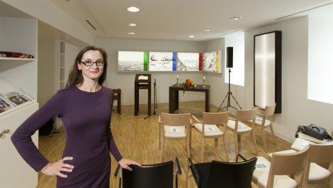 """10.10.2016 Eröffnung der Interreligiösen Kapell in der BGU Unfallklinik Frankfurt; Dieser Raum wird auch als """"Raum des Lebens"""" bezeichnet. Gestaltet hat ihn die Frankfurter Künstlerin Barbara Bux (Foto)"""