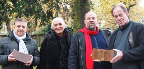 Kirchenvorsteher Arne Knudt, Gemeindepädagogin Monika Kittler, Pfarrer Nulf Schade-James und der Bildhauer Joachim Kreutz (von links nach rechts). Foto: Silke Kirch