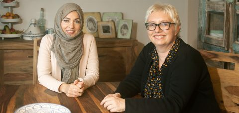 """Zwei Frankfurterinnen, die aus religiöser Perspektive für die Freiheit der Frauen eintreten: Khola Maryam Hübsch (36, links) ist Germanistin und Publizistin, Antje Schrupp (52) ist Politikwissenschaftlerin und Redakteurin von """"Evangelisches Frankfurt"""". Foto: Ilona Surrey"""