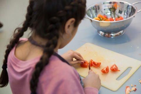 Gemeinsames Kochen im Jugendhaus: Viele Kinder mit Armutserfahrungen bekommen zuhause kein gesundes Essen. Foto: Rolf Oeser