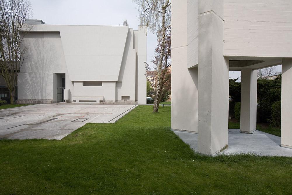 Quadratisch, praktisch, weiß: Die Dornbuschkirche in der Carl-Goerdeler-Straße 1 wurde 1962 eingeweiht. Foto: Rolf Oeser